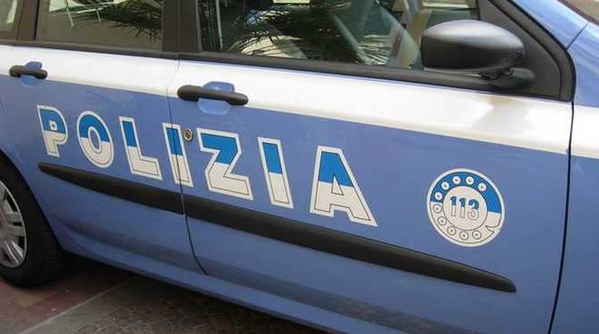 Un'auto di servizio della polizia