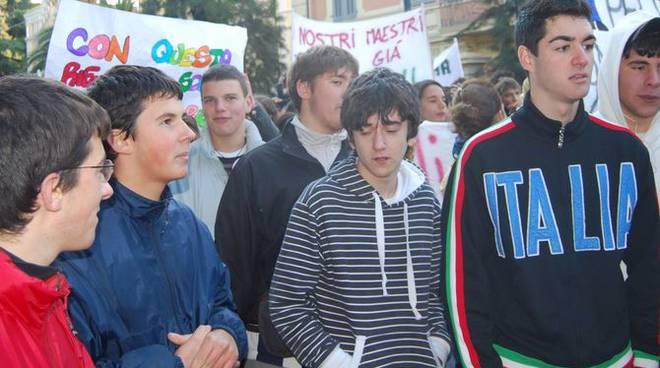 Manifestazione studenti Sanremo Gelmini corteo