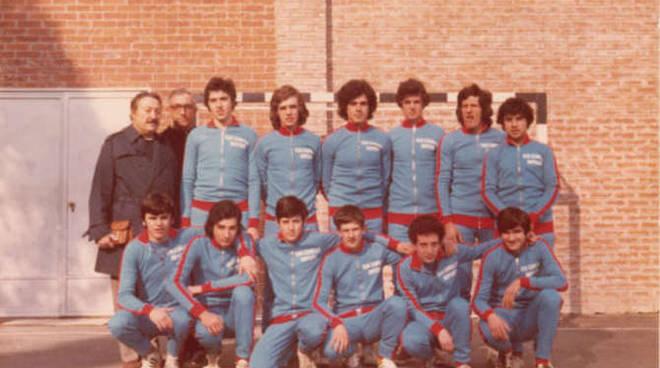 Padre Peyrona (secondo in piedi da sinistra) assieme a una formazione della San Camillo, foto tratta da www.pallamanoimperia.altervista.org