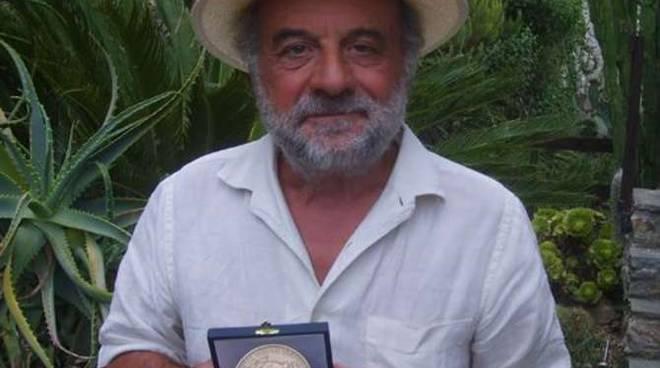 Il prof. Enzo Barnabà mostra la medaglia ricevuta