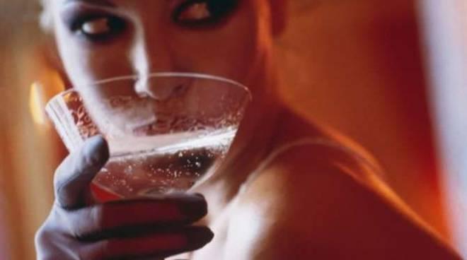 Ragazza beve discoteca drink generica