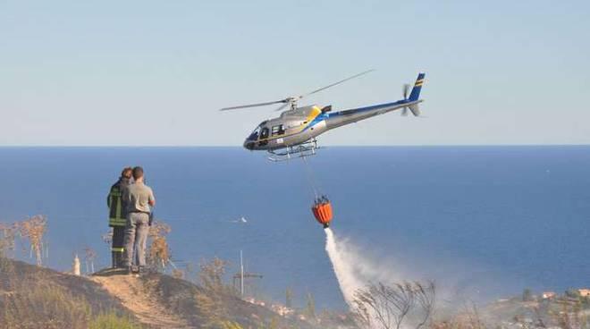 Incendio boschivo Poggio Sanremo elicottero Fiamme