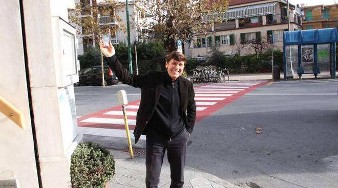 Gianni Morandi a passeggio per Sanremo