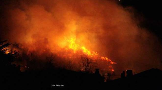 Incendio boschivo fiamme notturna generica foto Gian Piero Gavi