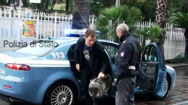 Giovanni Caruso al suo ingresso in commissariato a Sanremo