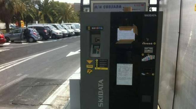 Parchimetro senza bancomat? Le strisce blu sono gratis per tutti