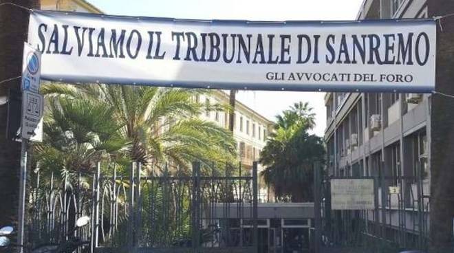 Striscione Salviamo il tribunale di Sanremo