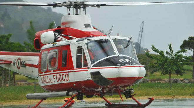 trasbordo bambino in elicottero per meningite