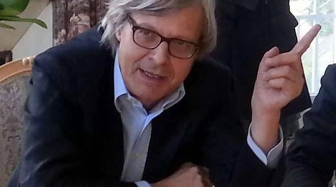 Vittorio Sgarbi durante la conferenza stampa a villa Etelinda