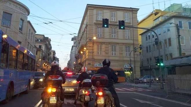 via roma semaforo acceso incrocio