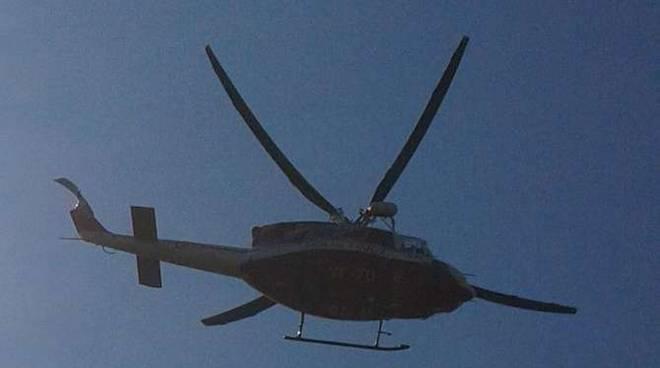 Elicottero ragazzino carpriola spiaggia