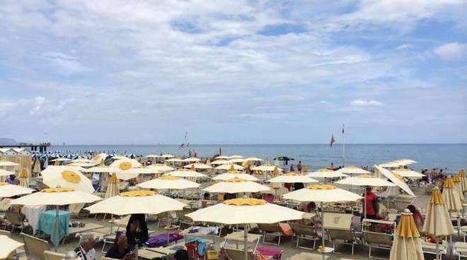 Spiaggia brutto tempo nuvoloso