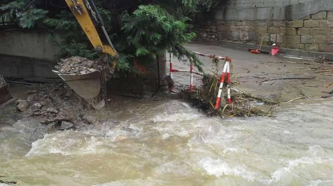 ruspa operai rio strada san rocco maltempo esondazione alluvione sanremo nov 2014