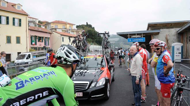 partenza giro d'italia san lorenzo al mare ciclisti