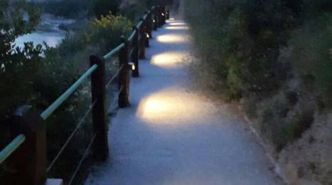 Illuminato il sentiero per la spiaggia delle calandre a ventimiglia