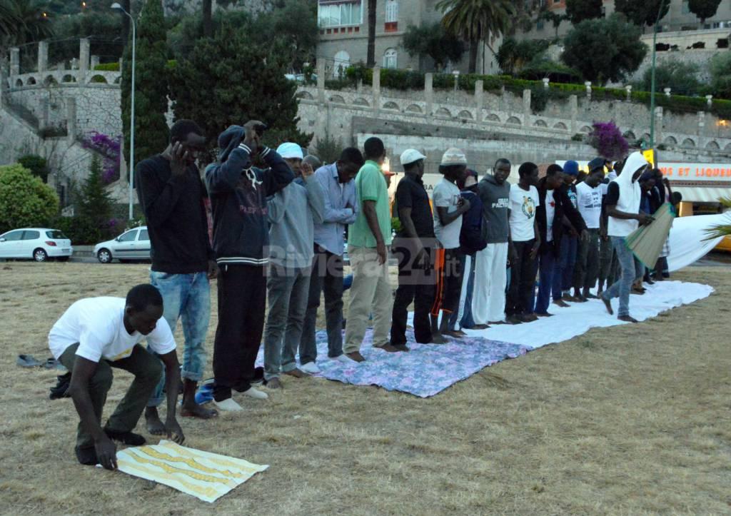 profughi migranti mussulmani pregano a in frontiera