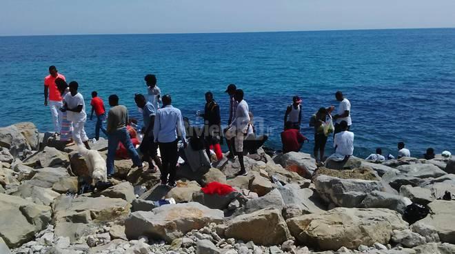 profughi migranti scogli san ludovico 14 giugno 2015