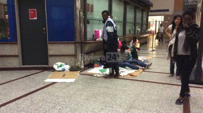 profughi migranti stazione ventimiglia