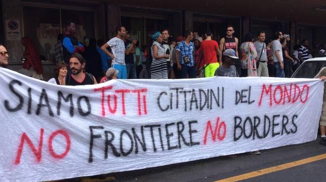 Ventimiglia, corteo dei centri sociali davanti alla stazione ferroviaria