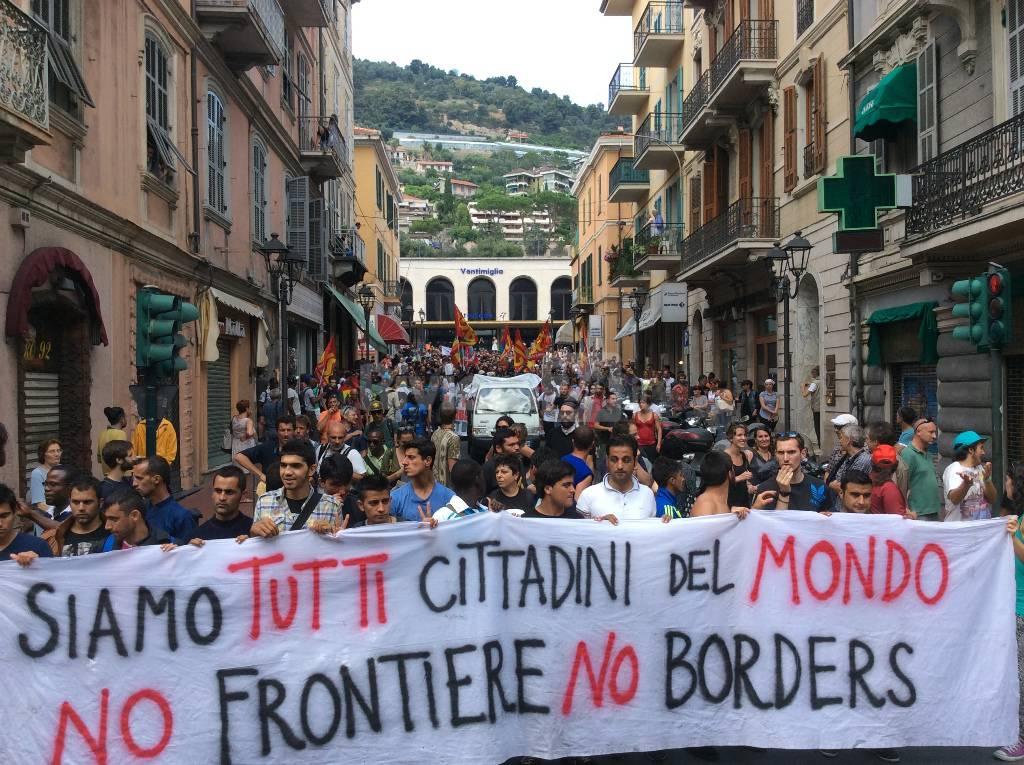 Ventimiglia, dopo la manifestazione pro migranti un corteo per le vie della città