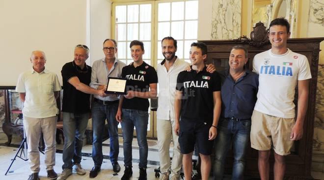 Sanremo, Alberto Biancheri consegna una targa a Loris Revelli, primo successo junior nel dowhnill