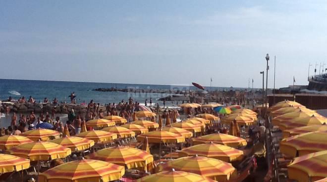 turisti in spiaggia imperia agosto 2015
