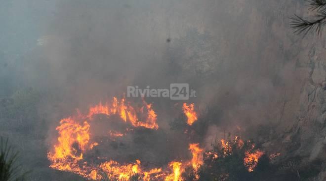 Le immagini dell'incendio a la Mortola