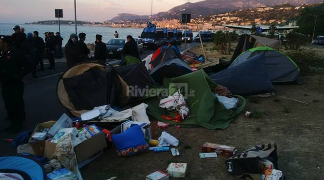 sgombero no border migranti celere
