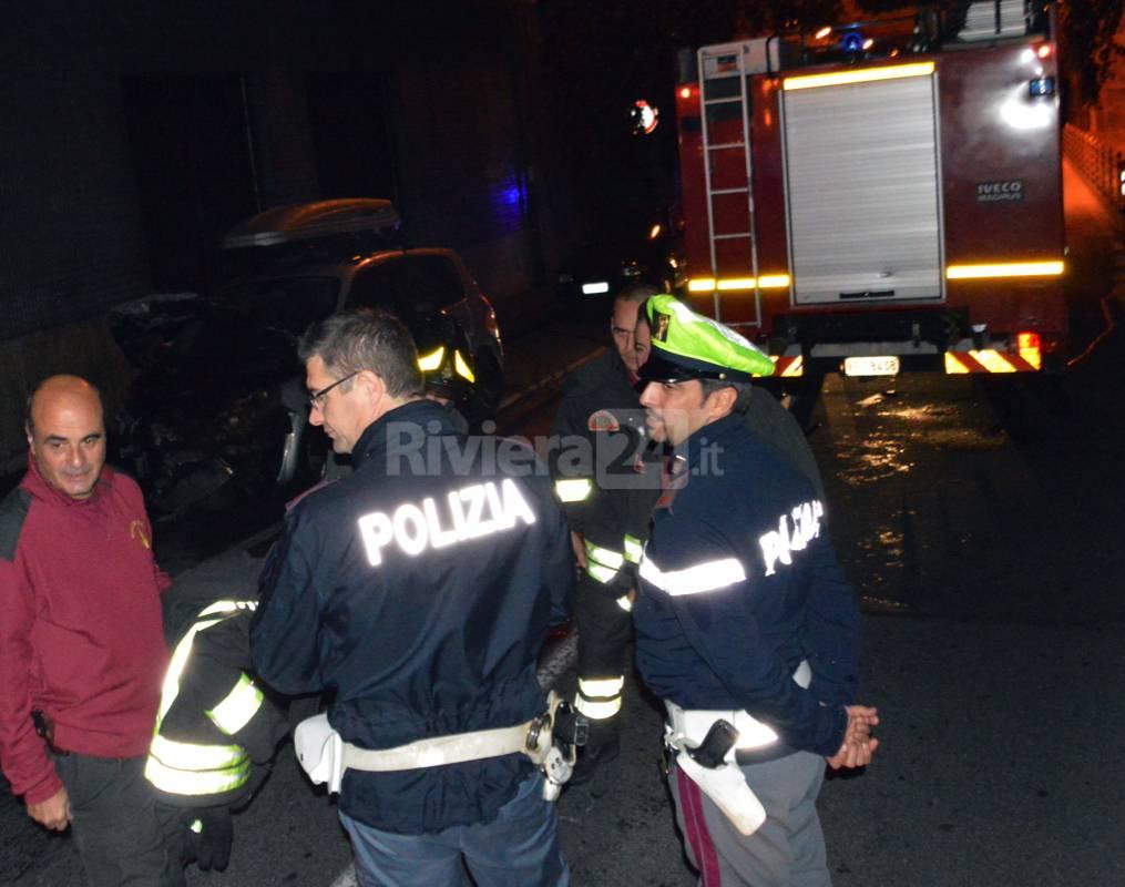auto bruciata incendio vigili fuoco polizia notturna
