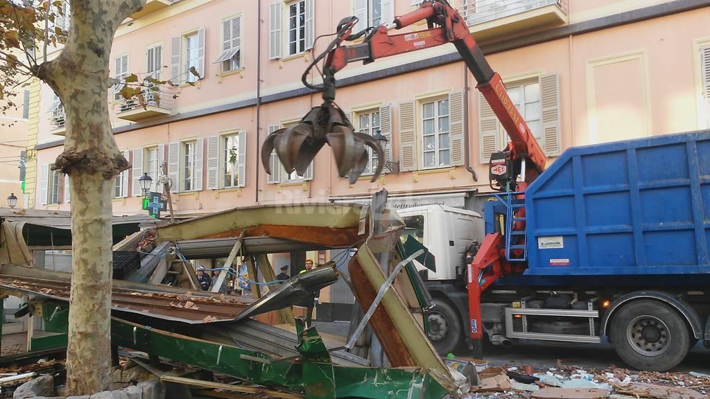 In piazza Siro Carli arriva la ruspa: passa la linea dura del comune, addio chioschi