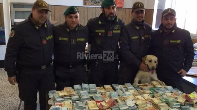 cash dog bacon contanti guardia di finanza denaro