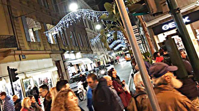 Sanremo, centro città gremito per lo shopping di Natale
