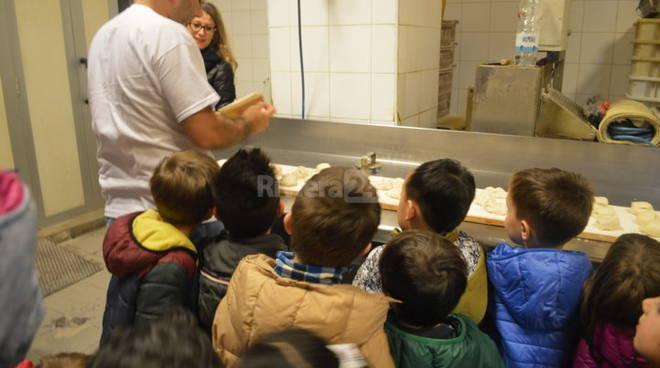 I piccoli ospiti dell'asilo Corradi a scuola di panetteria