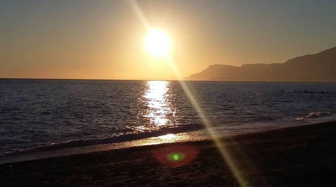 spiaggia ventimiglia tramonto