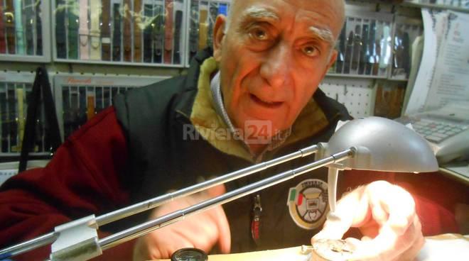Enrico Ritzu, l'inventore dell'orologio che gira al contrario