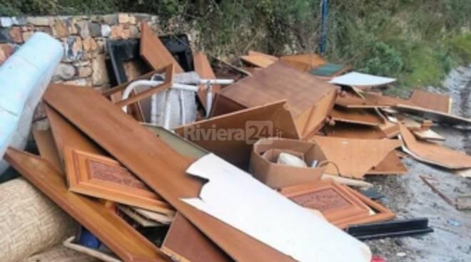 rifiuti ingombranti abbandonati in via faraldi a san bartolomeo al mare