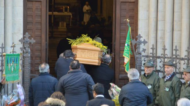 Tante persone per l'ultimo e commovente saluto ad Arturo Politi