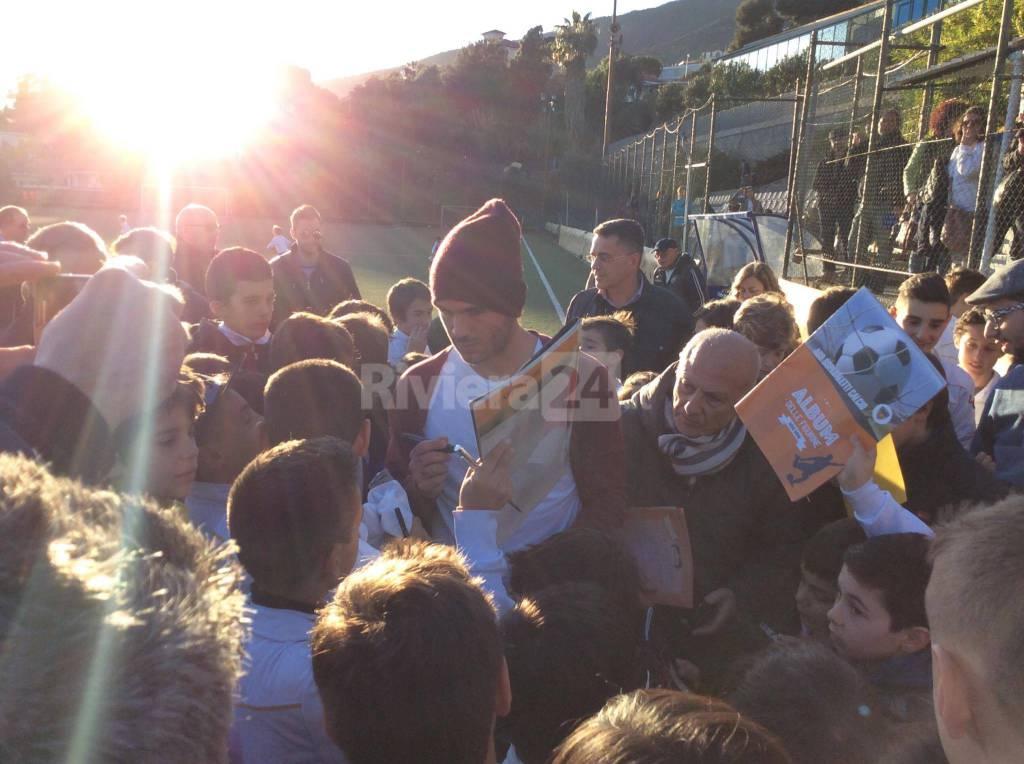 Bagno di folla per il calciatore della Juventus Stefano Sturaro ad Ospedaletti