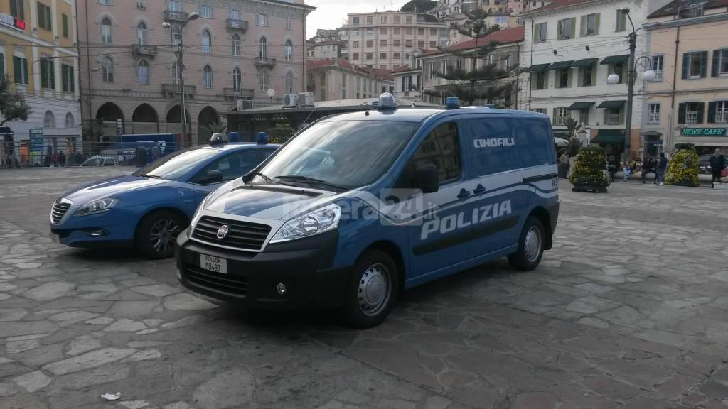Controlli della Polizia di Stato in piazza Colombo a Sanremo