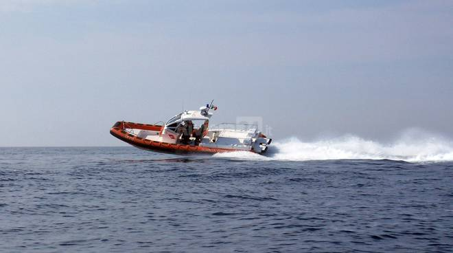 riviera24 - Imbarcazione recuperata dalla Guardia Costiera