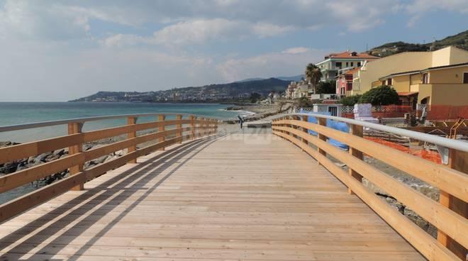 riviera24 - Riva Ligure, inaugurato il ponte di legno sul Rio Caravello