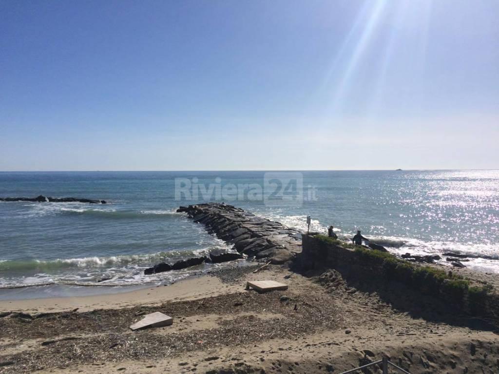 Torna a splendere il sole in provincia: ad Arma tantissimi turisti e residenti a passeggio sul lungomare