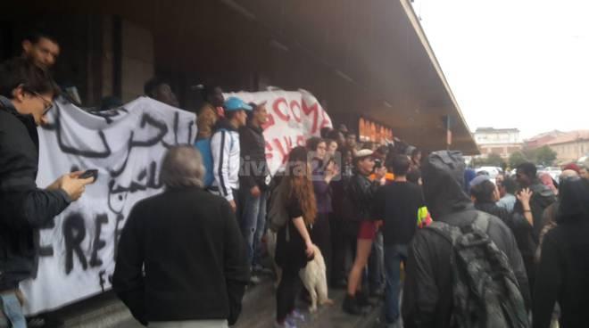 corteo no borders e migranti stazione ventimiglia