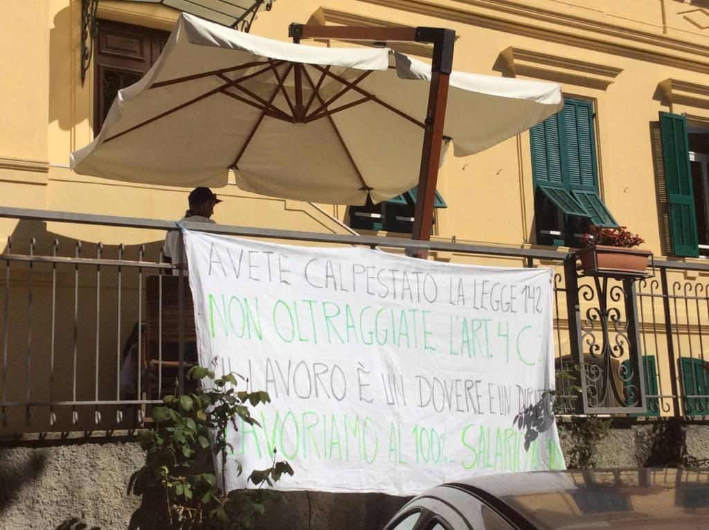 """Manifestazione di protesta dei dipendenti della coop """"Il Faggio"""" a Ventimiglia"""