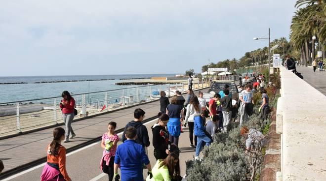 Riviera24 - Sanremo, la pista ciclabile ripulita dai più piccoli