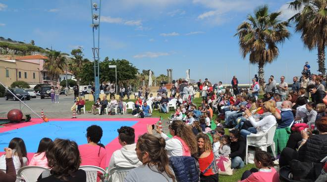 """""""Circo Mirtilla"""" conquista Santo Stefano al Mare: piazza Baden Powell gremita per lo spettacolo di fine anno -"""