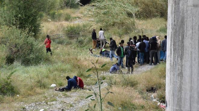 """La """"bidonville"""" dei migranti lungo il fiume Roya"""