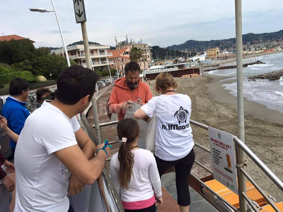 M'IMporta, volontari al lavoro per rendere pulite le nostre spiagge libere
