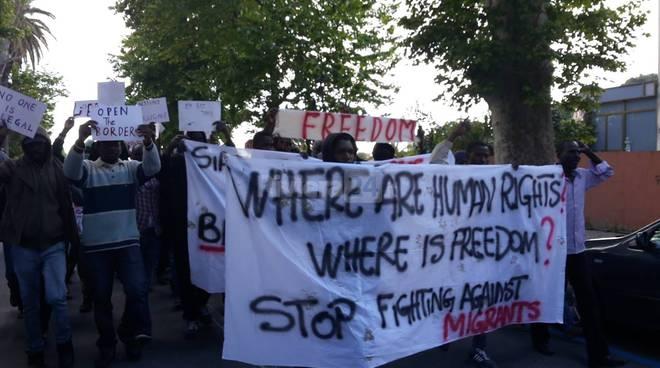 """riviera 24 - Ventimiglia, migranti in piazza: """"Siamo qui per chiedere la pace e la libertà"""""""