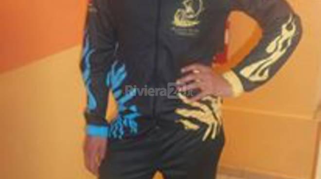 riviera24 - Emanuele Rumè indossa la tuta ufficiale del Sestiere Burgu